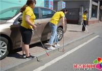 爱心志愿者走进社区清理小广告 美化社区环境
