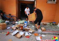河南街道联手市档案馆、烟厂社区开展清理乱堆乱放整治行动