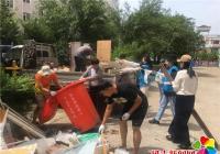 河南街道机关干部清理乱堆乱放 营造整洁家园