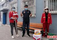 铁南供热志愿者积极为长青社区无物业小区粉刷单元楼