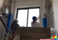 河南街道全体机关干部到春光社区开展清理小广告整治活动