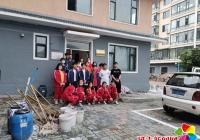 市二中学生助力创城清扫楼道