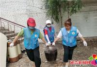 为创城添助力 清理楼道卫生