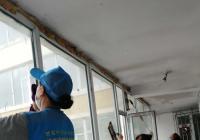 文化社区楼道擦玻璃 助力文明城市创建