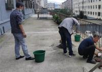 娇阳社区工作人员修理平台护栏