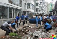 社区联合清理卫生死角 助推文明城市创建