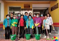 创城志愿者进社区 清理楼道环境卫生