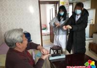 大学生志愿者走访慰问空巢老人