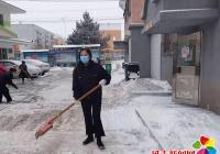 保障居民出行安全,社区及时清理积雪