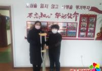 居民爱心捐赠拐杖 社区将爱延续传递