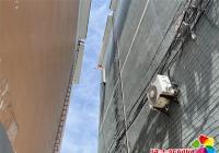 楼顶彩钢瓦松动 社区及时解决安全隐患