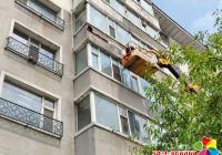 延春社区及时处理楼体墙皮脱落安全隐患