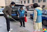 新兴街道联合市妇联志愿者拾捡烟蒂倡导文明新风