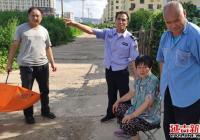 春阳社区传递正能量 护送摔倒老人回家