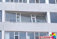 居民楼窗户倾斜险坠落 白川社区紧急排险