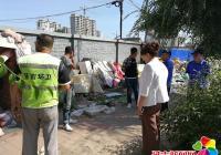 清理街路垃圾共建美好环境