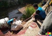 丹吉社区开展河道清理工作常态化落实创城工作