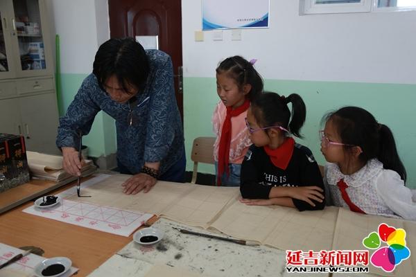 """延吉市""""美育圆梦""""把书法课堂送到学生身边"""