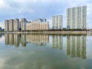 布尔哈通河水映美景